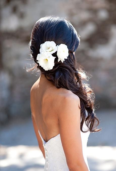 frizura valovita kovrcava vjencanje posebne prilike  s cvijetom